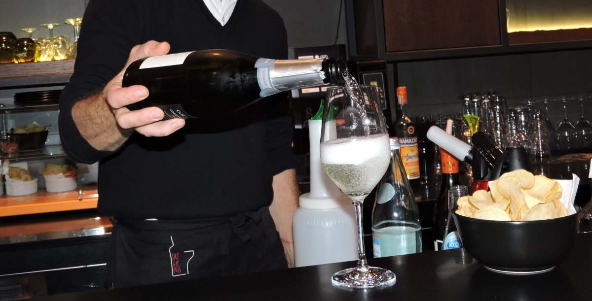 aperitif_glass_wine_pour_potato_chips_bar_counter_bottle-768428.jpg%21d