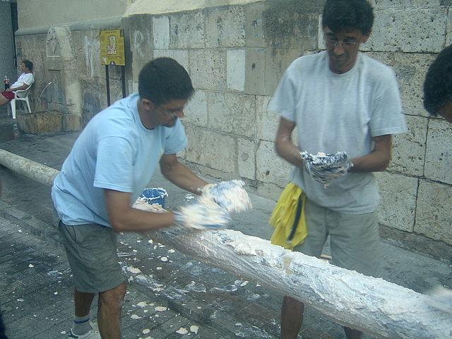 640px-Two_men_preparing_greasy_pole_for_La_Tomatina_festival.jpg